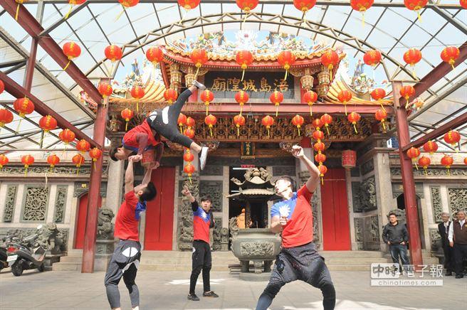 文大國術系學生精采表演,揭開迎城隍籌備作業序幕。(圖/李金生攝)