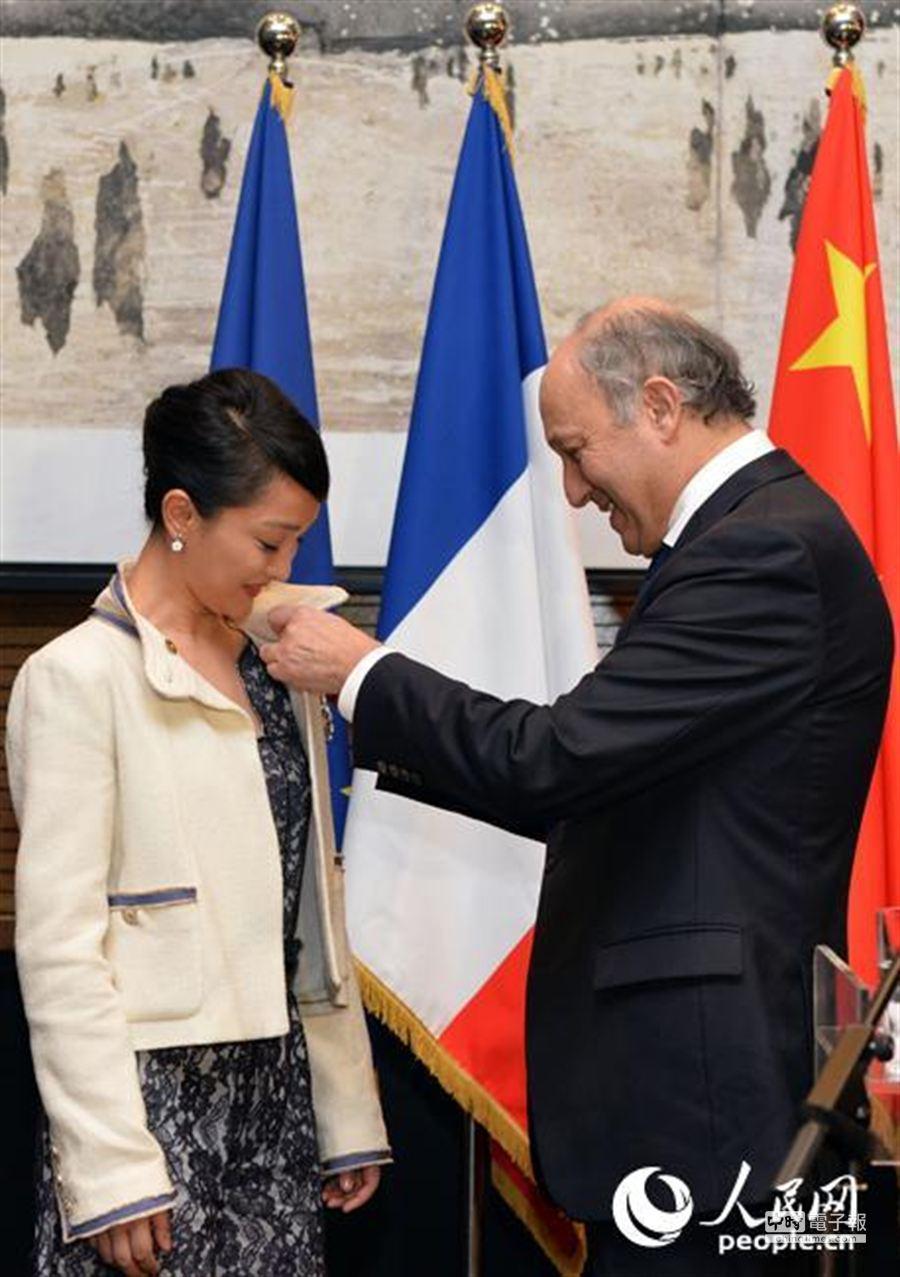 法外交部長授予周迅文學及藝術騎士勳章。(取自人民網)