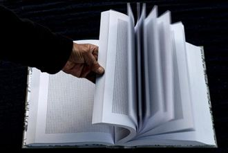 一本書重複一個字 紀念大屠殺死者