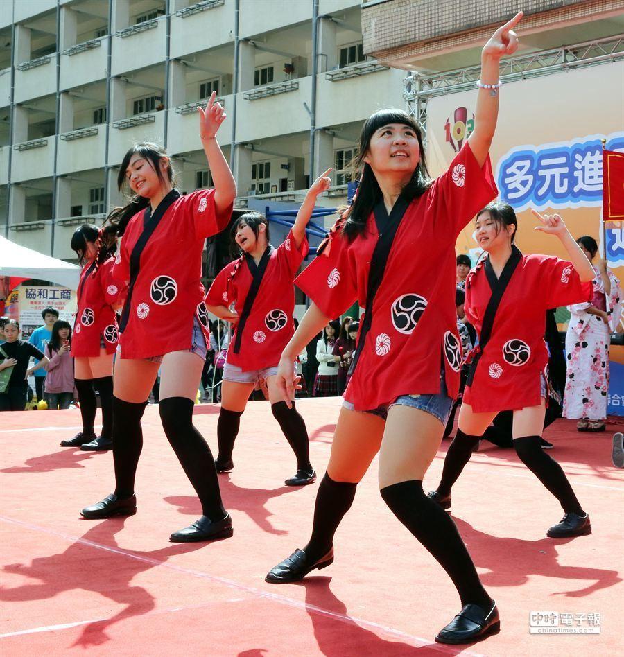 同學們勁歌熱舞,吸引眾人目光。(陳志源攝)