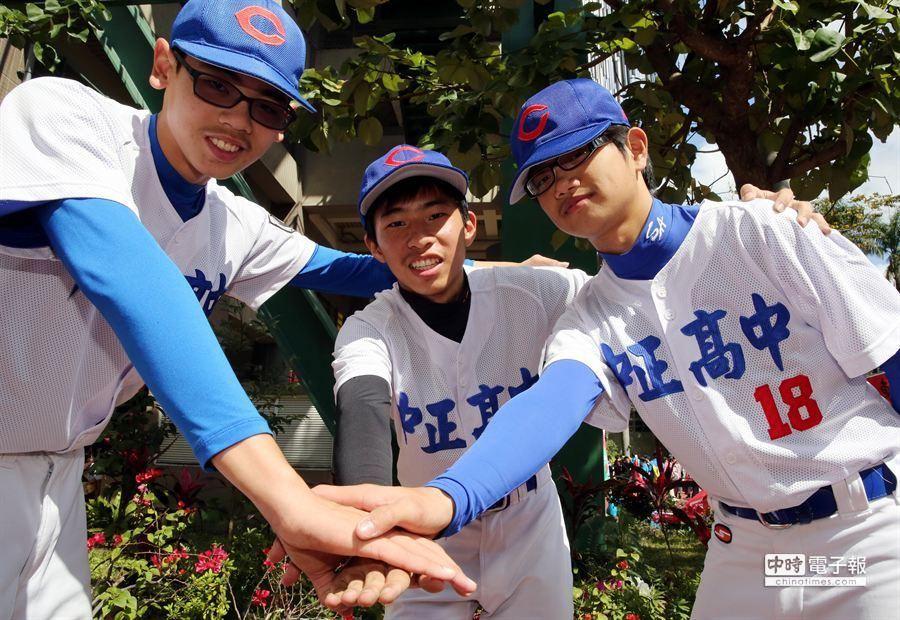 中正高中的棒球隊也來爭取目光協助招生。(陳志源攝)