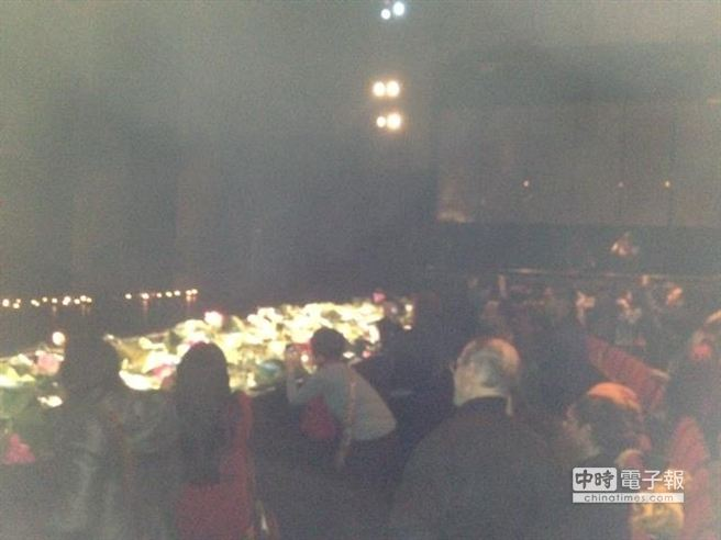 《九歌》23日在倫敦演出最後一場後,正式封箱,觀眾聚集在舞台前拍照留念( 江靜玲/攝影)