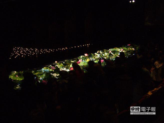 《九歌》在世界舞蹈重鎮倫敦沙德勒之井劇院23日演出最後正式封箱,觀眾搶著捉住舞台最後一景( 江靜玲/攝影)