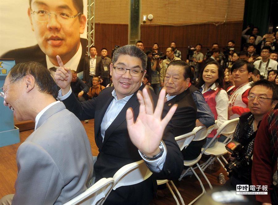 連勝文24日宣布參選台北市長,他在記者會場向支持者問好。(季志翔攝)
