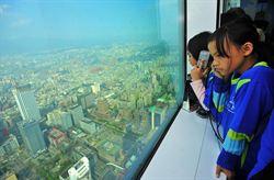 台東小朋友登101觀景臺 一覽台北美景