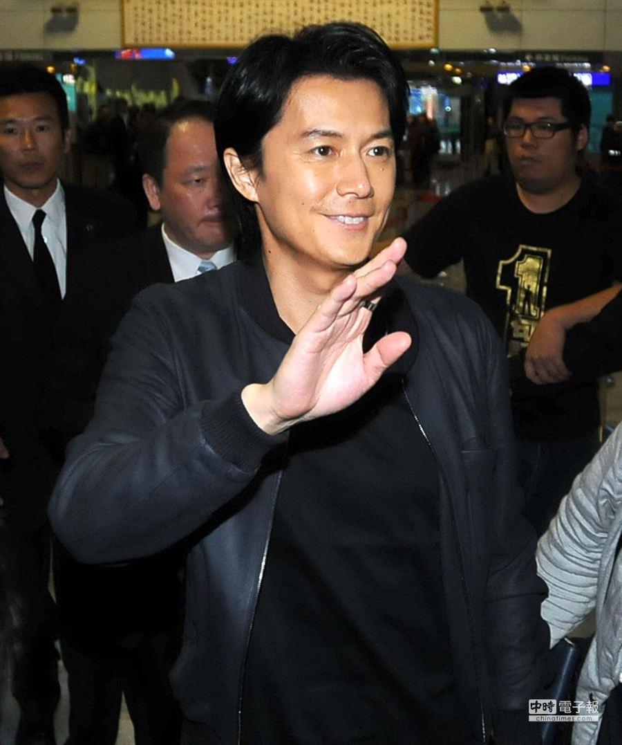 日本明星福山雅治25日晚上搭機飛往香港宣傳香港演唱會事宜。(高興宇攝)