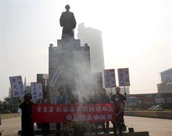 原民代表燒狼煙 要求拆鄭成功銅像