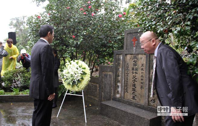 總統馬英九今日南下花蓮縣鳳林鎮前往228罹難者墳前致意。(楊漢聲攝)