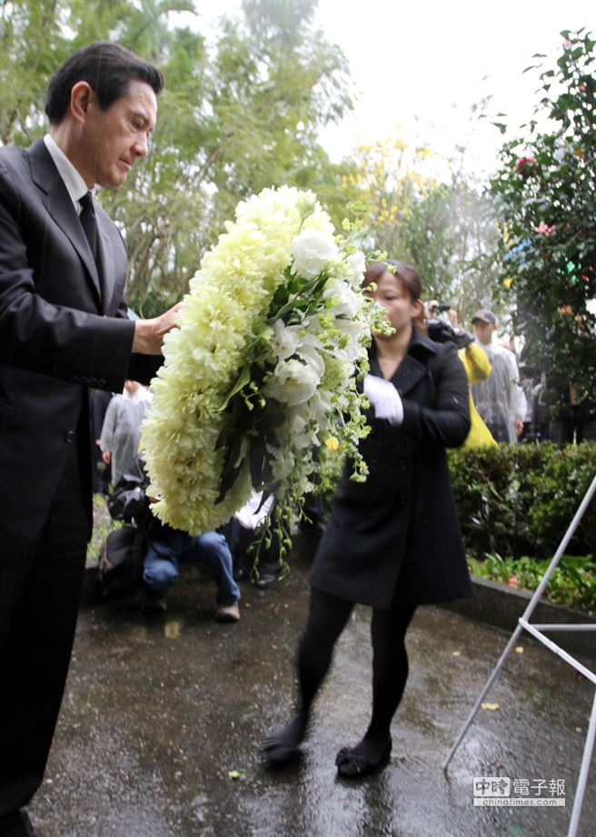 總統馬英九獻花致意。(楊漢聲攝)