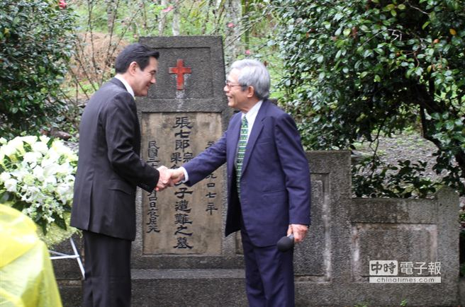 總統馬英九與張安滿握手寒暄。(楊漢聲攝)
