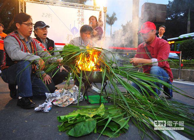 原住民團體28日在教育部門口施放「狼煙」,抗議教育部微調高中社會科課綱,要求還原住民教育自主權。(劉宗龍攝)
