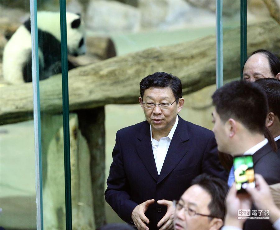 陳德銘趕在登機前來到台北市立動物園看圓仔。(王爵暐攝)