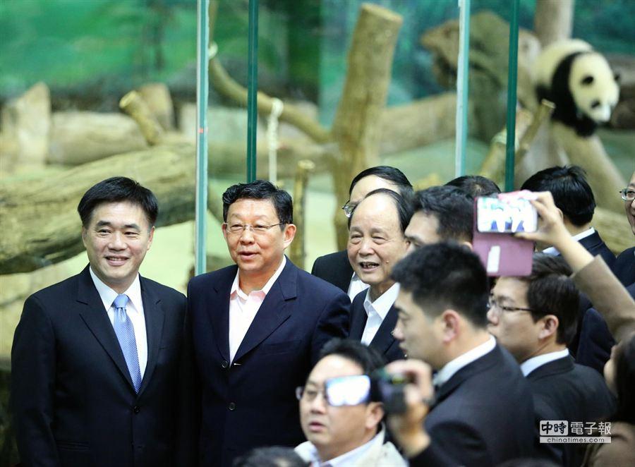 台北市長郝龍斌(左)陪同陳德銘(中)一同在圓仔的展間合影留念。(王爵暐攝)