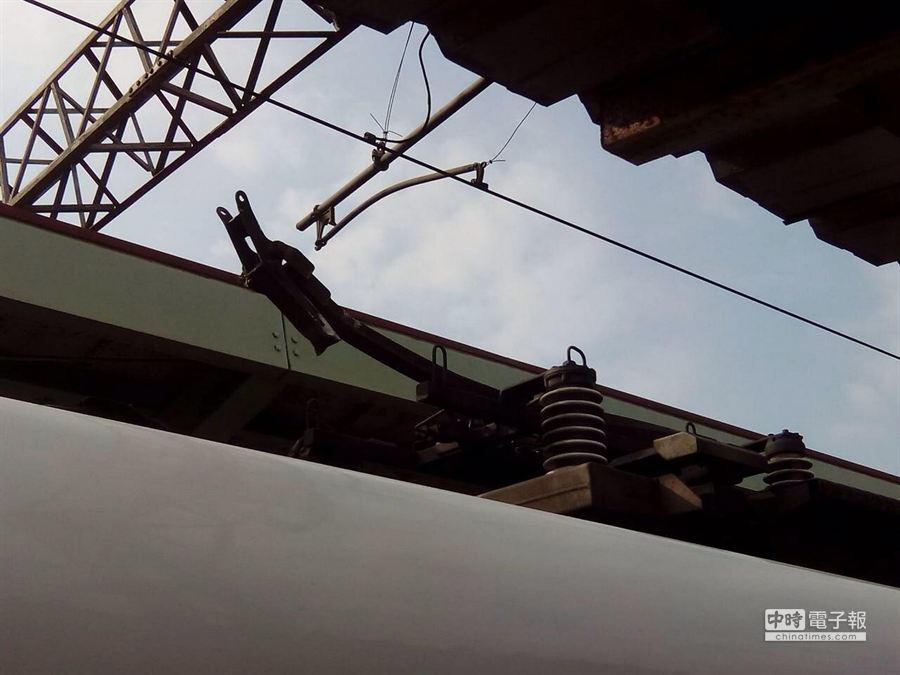 台鐵今天上午從彰化田中站發出的太魯閣號列車在桃園中壢站附近發生車頂高壓架脫落的意外。(讀者許先生提供)