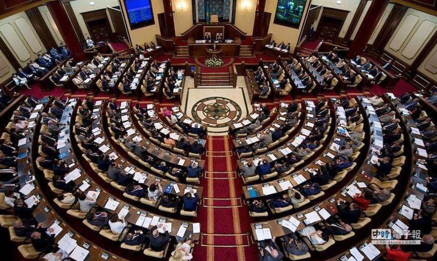 哈薩克眾議院要求該國外交部,禁止俄羅斯國家杜馬副主席季里諾夫斯基入境哈薩克。(翻攝自中亞新聞網站)