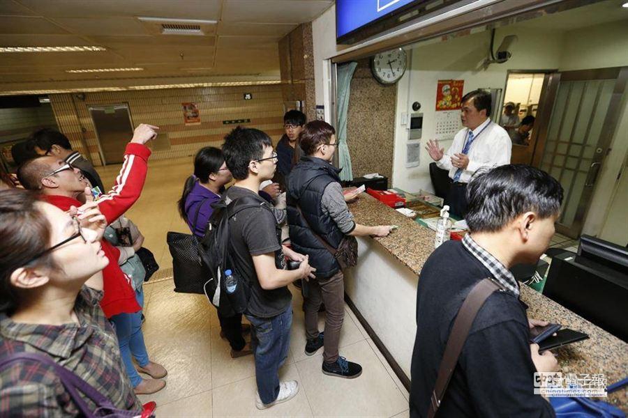 台鐵誤點,民眾出站補票又等了半小時,不耐的民眾對站務人員開罵。(圖/陳振堂攝)