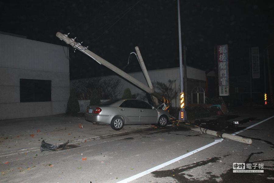 王姓男子駕車撞斷3根電桿,鄭姓騎士撞上橫倒電桿遭殃。(陳慶居翻攝)