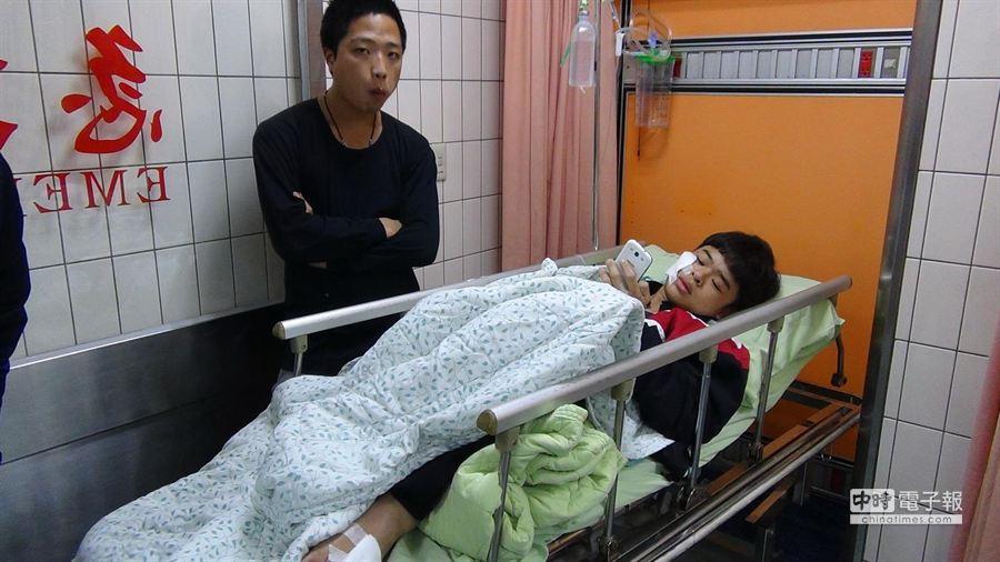 鄭姓騎士撞上橫倒電桿遭殃,受傷被送醫急救。(陳慶居翻攝)
