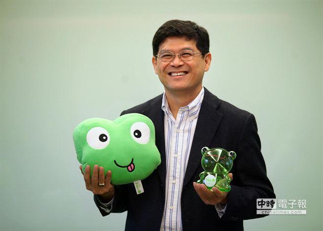 以Juiker logo青蛙為發想設計的暖手枕和撲滿 。(王錦河攝)