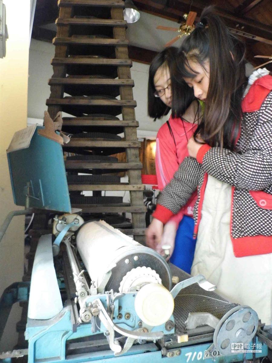 家扶孩子參觀虎尾糖廠文物館,對早期中文打字機很感興趣。(許素惠攝)