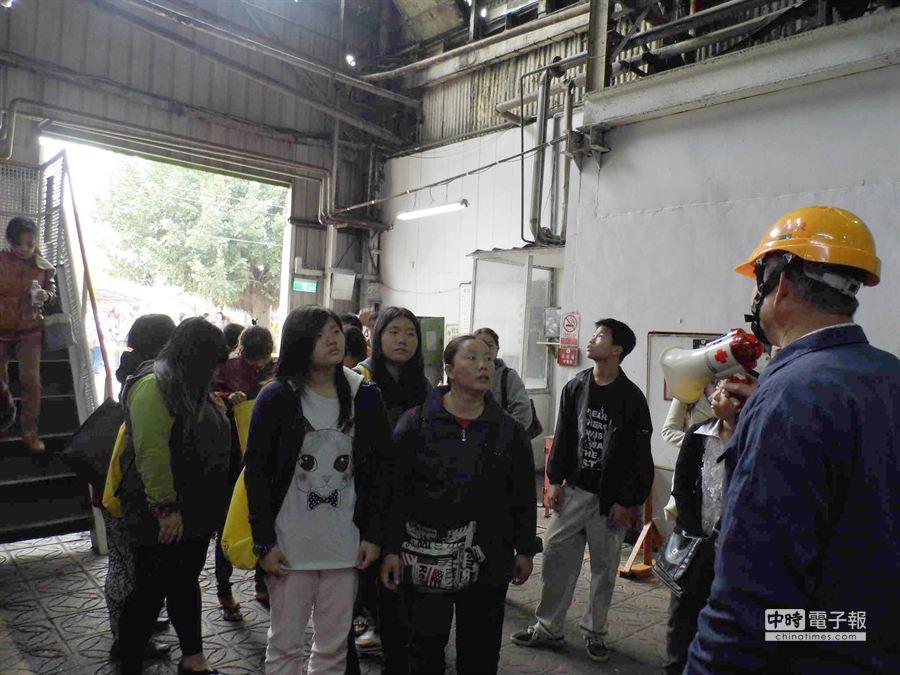 雲林縣議員陳瑞雄招待家扶受扶家庭參觀糖廠。(許素惠攝)