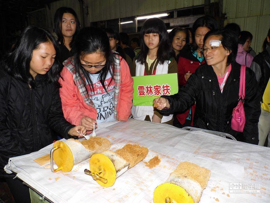 虎尾糖廠工作人員貼心地請家扶受扶戶品嘗剛出爐的黑糖。(許素惠攝)