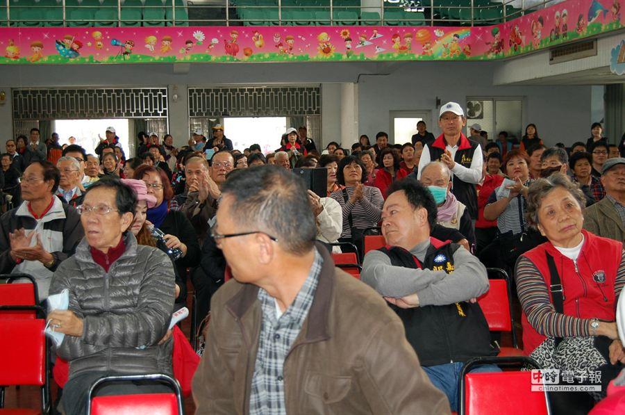 國民黨嘉義市黨部2日辦黨內初選政見會,各參選人的支持者參加踴躍。(廖素慧攝)