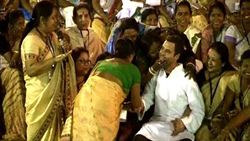 印度婦吻政治金童照曝光 遭夫燒死