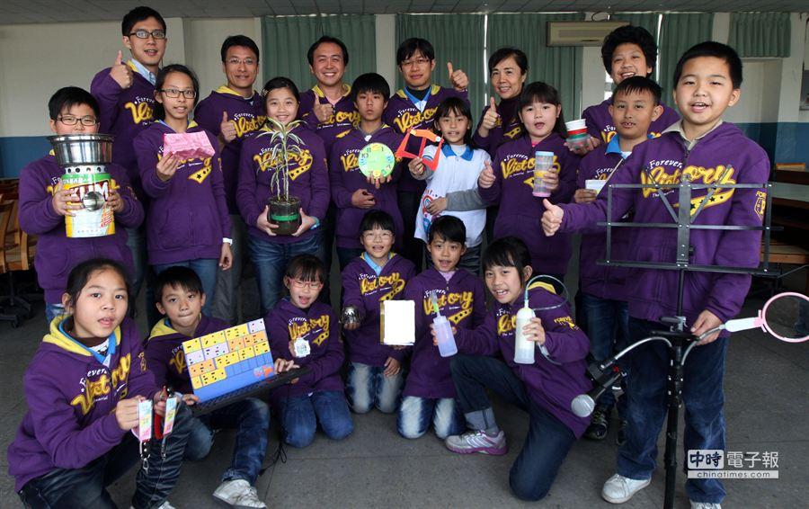 台中市大里區內新國小科研社發明隊,今年一月參加2013 IEYI世界青少年發明展台灣區選拔決賽,再次拿下佳績,參賽的14件作品全部獲獎。(黃國峰攝)