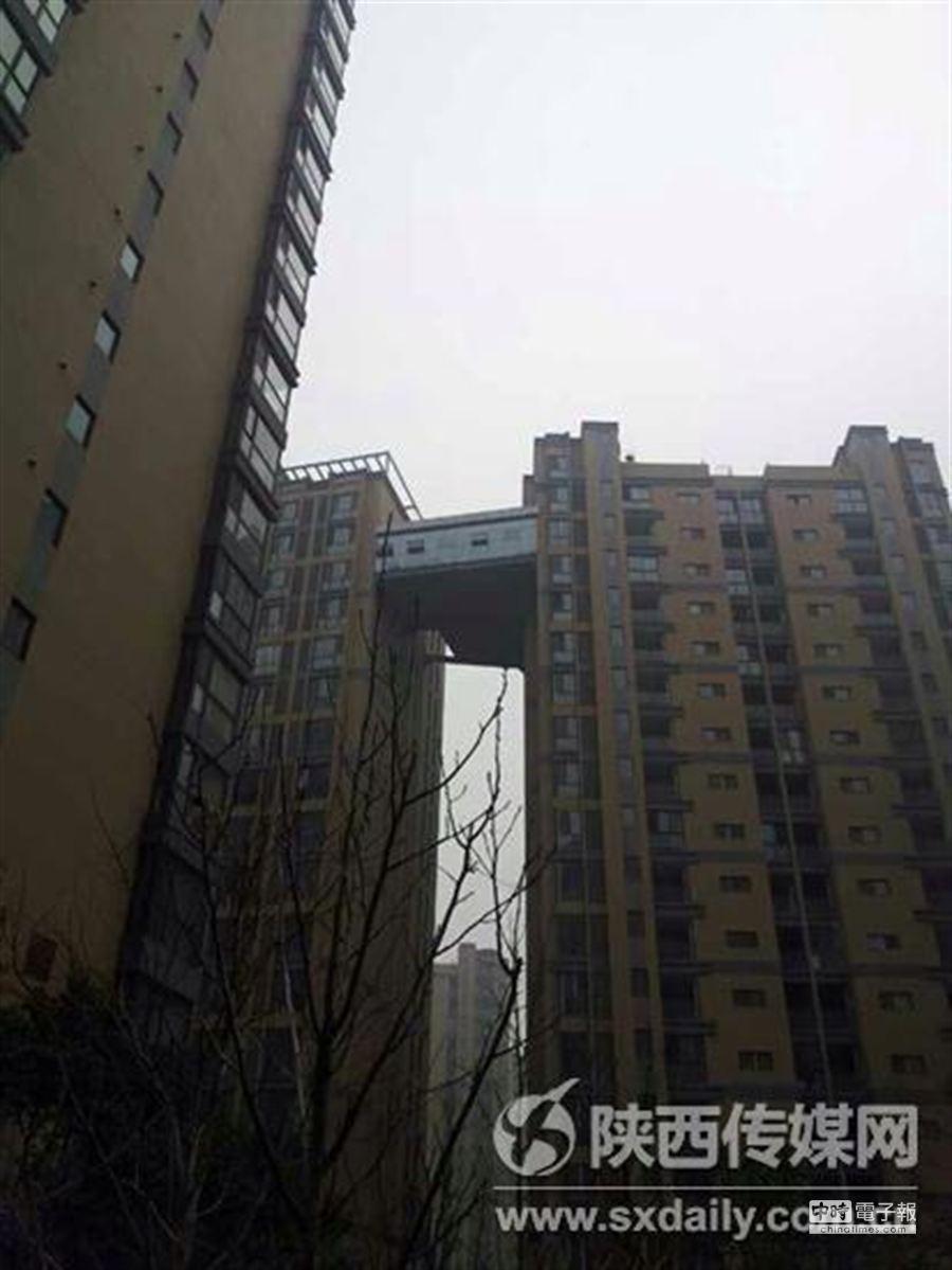 西安驚現最牛「天橋」。一社區業主同時購買了相鄰兩棟高層住宅的相同樓層,然後在這兩戶住宅之間修了個「空中走廊」。(陜西傳媒網)