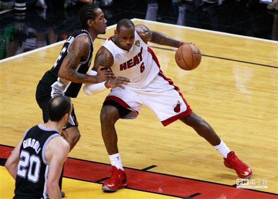 圖為熱火、馬刺在2013年NBA總冠軍系列賽上激烈拚鬥。(資料照片 新華社)