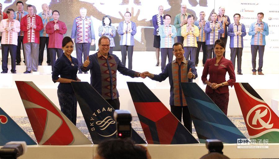 圖為印尼航空加入天合聯盟慶典,第二排左一為華航董事長孫洪祥。(業者提供)
