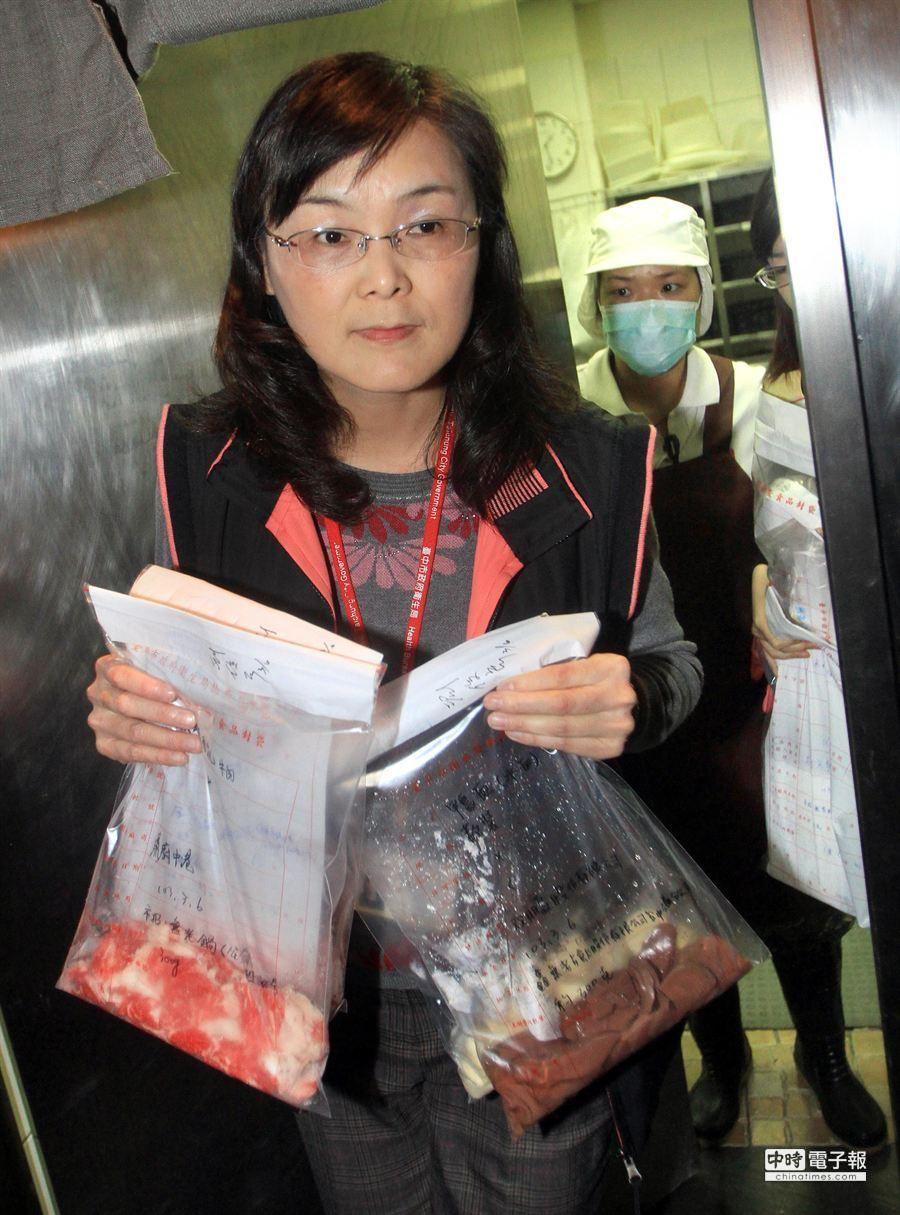 食藥管理科長邱惠慈率隊前往「無老鍋」廚房檢查,並帶回許多樣本做進一步化驗。(范揚光攝)