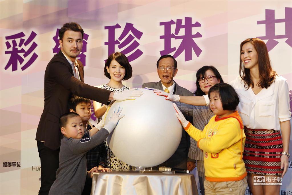 黄志玮、许玮宁及香月明美参加公益活动。(方时娱乐提供)