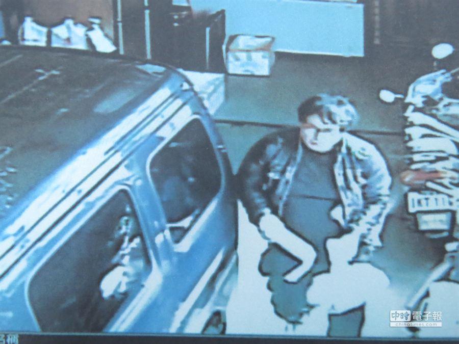傅姓男子發現住家冰庫裡的冷凍漁貨短少,在住家裝設監視器,發現黃姓同窗同學曾竊取3包漁貨,以監視器畫面抓賊。(黎薇翻攝)