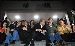 民進黨巨頭 立院靜坐護學生
