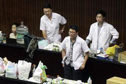 台大醫師進駐議場 成立救護站