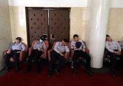 學生續占議場 戒備員警也累癱