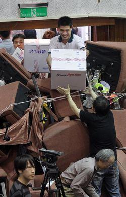 民眾快遞餅乾 供抗議學生果腹