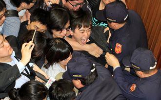 立法院議場爆發第2波攻堅衝突