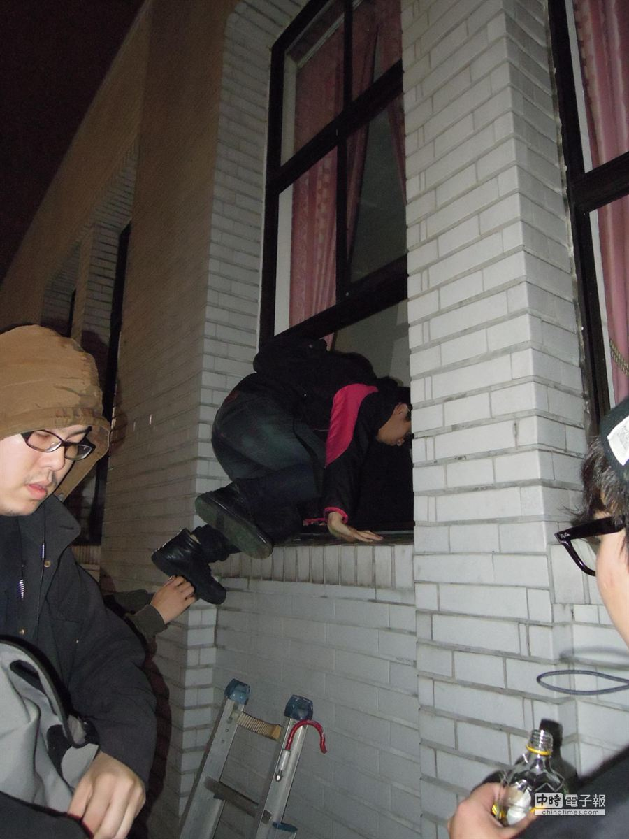 清晨四點,學生攀爬衝進議場。(朱真楷攝)
