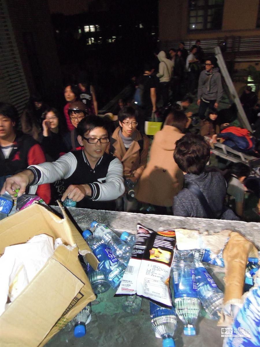 為聲援在議場內的抗議學生,清晨四點礦泉水等物資送抵立院。(朱真楷攝)