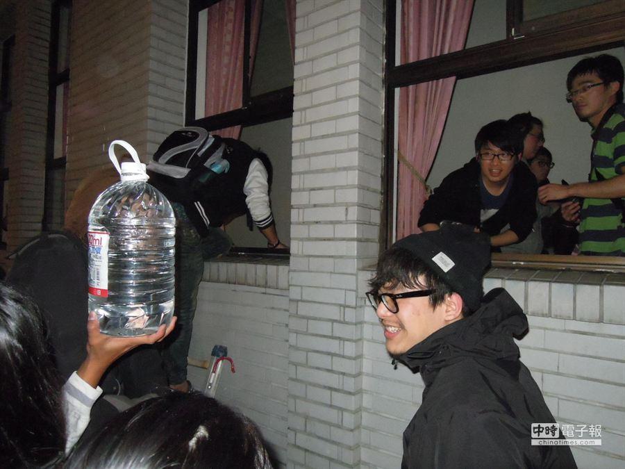 學生不斷將運送來的礦泉水等物資,以接力方式送進立院議場。(朱真楷攝)