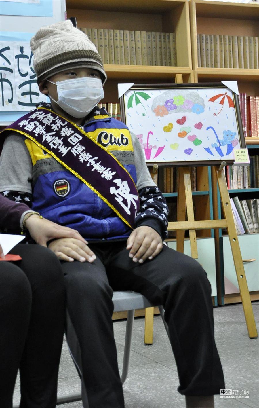 大竹國小5年級生陳慶毅,19獲獲周大觀基金會頒發2萬助學金。(楊明峰攝)