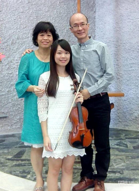 台東馬偕完工,管理師蔡福松(右)與妻小也著力甚深。(蔡福松提供)