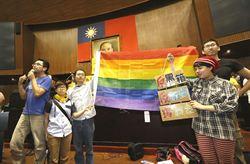 反服貿民眾佔領立院議場 張貼手繪海報