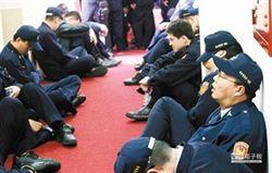 立院遭攻占 員警累癱了