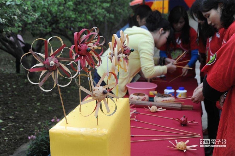 29、30兩日柚花季活動,有竹編柚花風車DIY。(陳慶居攝)