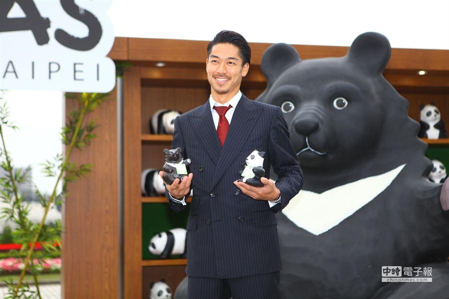 喜歡台灣黑熊的放浪兄弟團員AKIRA,受邀觀賞紙雕貓熊展。(張立勳攝)