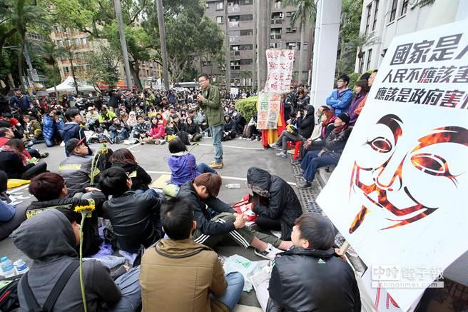 反服貿抗議行動總指揮林飛帆(中)特別走出議場,向聲援學生與民眾表達感謝。(陳信翰攝)